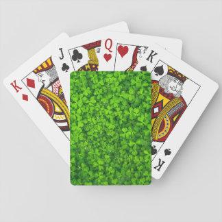 Tréboles verdes enormes con descensos del agua barajas de cartas