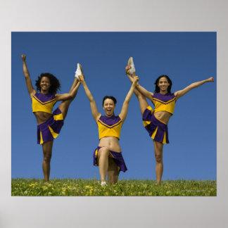 Tres animadoras femeninas que hacen la formación impresiones