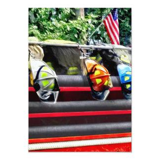 Tres cascos del fuego en el coche de bomberos invitación 12,7 x 17,8 cm