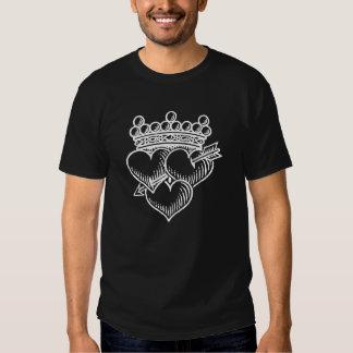 Tres corazones corona y daga camisetas