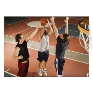 tres hombres en jugar atlético de la ropa tarjeta
