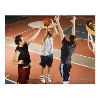 tres hombres en jugar atlético de la ropa tarjetas postales