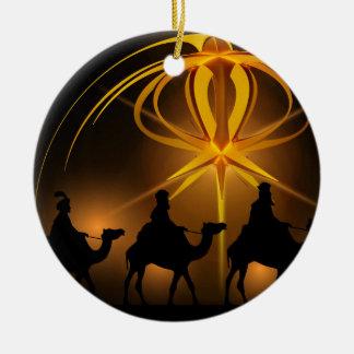Tres hombres sabios debajo de una estrella adorno navideño redondo de cerámica