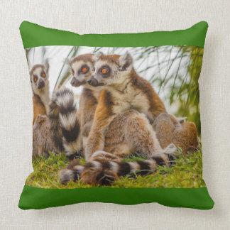tres lemurs en   la almohada de tiro del algodón,