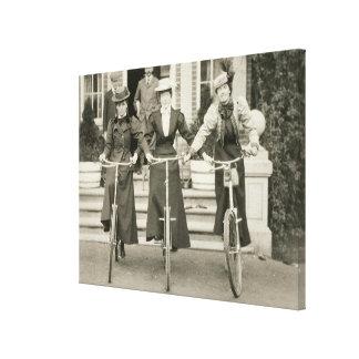 Tres mujeres en las bicicletas, 1900s tempranos (f impresion en lona