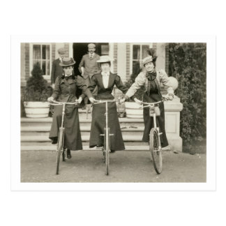 Tres mujeres en las bicicletas 1900s tempranos f postales