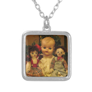 Tres muñecas viejas colgante cuadrado