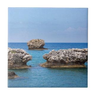Tres rocas separadas a poca distancia de la costa azulejo de cerámica