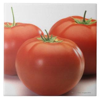 Tres tomates en el contador, primer azulejo cuadrado grande