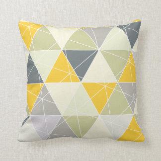 Triángulos de PixDezines geométricos/amarillo/gris Cojín Decorativo
