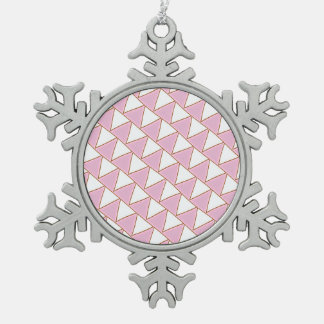 Triángulos inclinados en rosa y blanco adorno de peltre en forma de copo de nieve