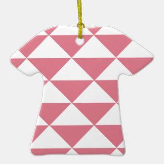 Triángulos rosados y blancos del caramelo de adorno de cerámica en forma de camiseta