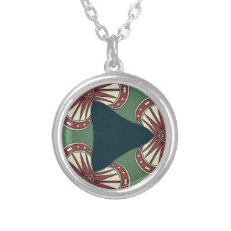 Triángulos verdes collar plateado