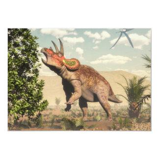 Triceratops que come en el árbol de la magnolia - invitación 12,7 x 17,8 cm