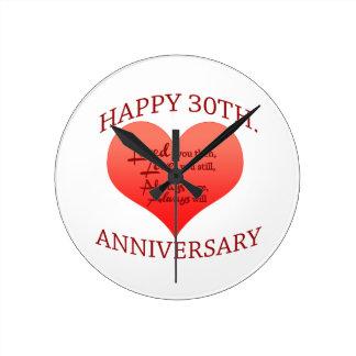 Trigésimo aniversario feliz reloj redondo mediano