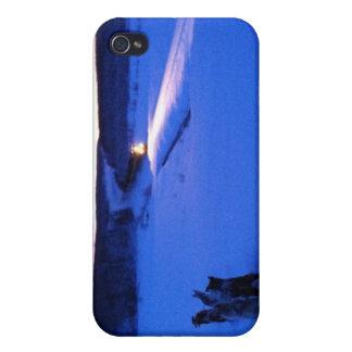 Trineo de Alaska del perro que pasa el tren en la  iPhone 4 Protectores