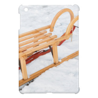 Trineo de madera de los niños en nieve del