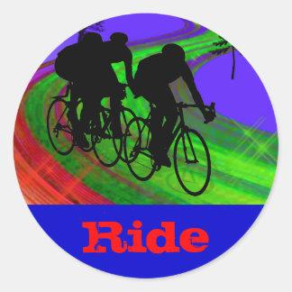 Trío de ciclo en el camino de la cinta pegatina redonda