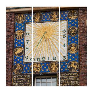 Tríptico Reloj del reloj de sol en el edificio, Alemania