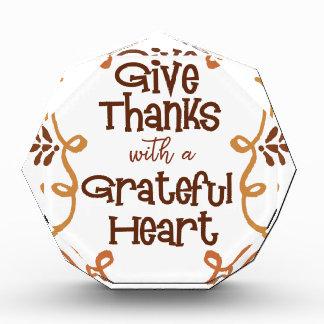 Trofeo Acrílico Dé las gracias con un corazón agradecido