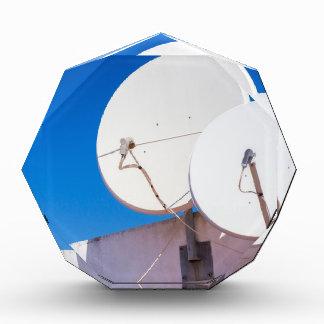Trofeo Acrílico Dos antenas parabólicas blancas en la pared de la