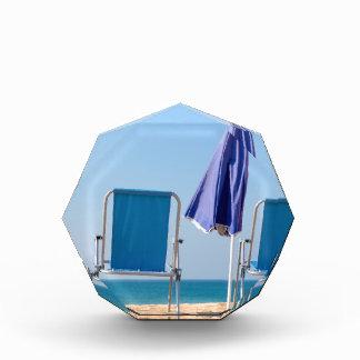 Trofeo Acrílico Dos sillas y parasoles azules de playa en sea.JPG