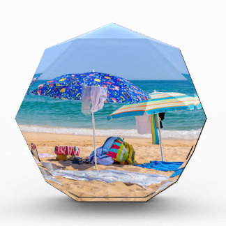 Trofeo Acrílico Dos sombrillas y fuentes de la playa en sea.JPG