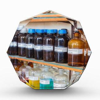Trofeo Acrílico Filas de las sustancias químicas flúidas en