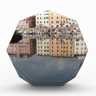 Trofeo Acrílico Las casas y los barcos se reflejan en el agua