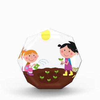 Trofeo Acrílico Los niños felices de la primavera del jardín