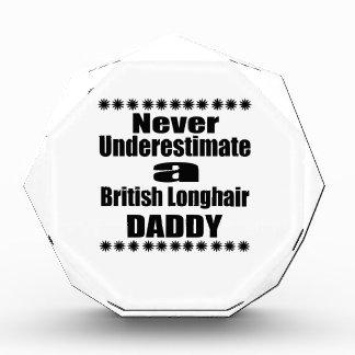 Trofeo Acrílico Nunca subestime al papá de pelo largo británico