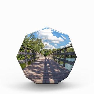 Trofeo Acrílico Puente de madera largo sobre el agua de la charca