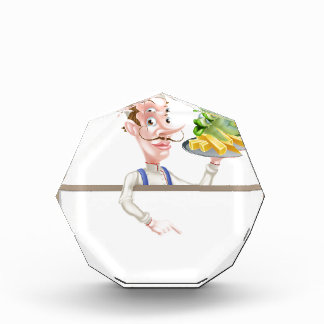 Trofeo Cocinero que sostiene los pescado frito con