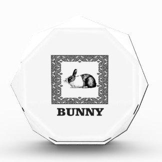 Trofeo conejito blanco y negro
