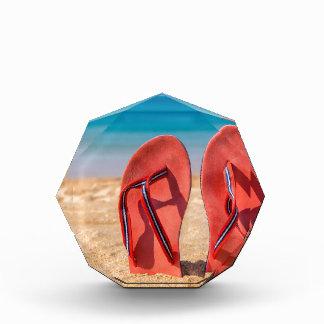 Trofeo Dos deslizadores rojos verticales en la arena de