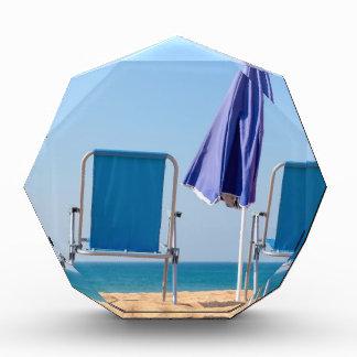 Trofeo Dos sillas y parasoles azules de playa en sea.JPG