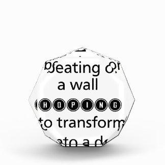 Trofeo no pase el golpeo del tiempo en una pared que
