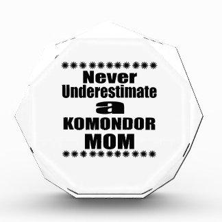 Trofeo Nunca subestime a la mamá de KOMONDOR