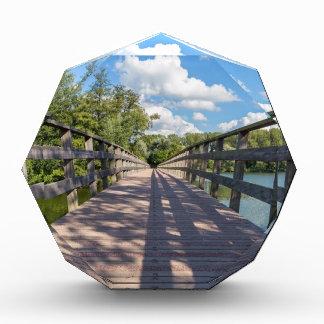 Trofeo Puente de madera largo sobre el agua de la charca