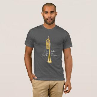 Trompeta, músico que busca la camisa de los