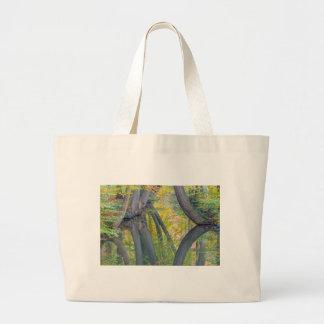 Troncos de árbol de la caída con la reflexión en bolso de tela gigante