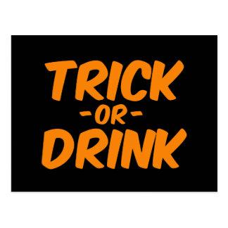 Truco o bebida Halloween divertido anaranjado Postal