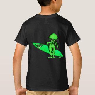 Trydar de alinea a personas que practica surf de camiseta