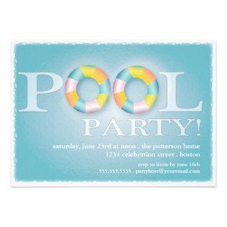 Tubos flotantes de una fiesta en la piscina en el  comunicado personal