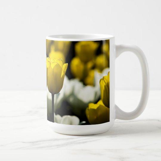 Tulipanes amarillo y blanco taza de café