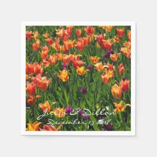 Tulipanes anaranjados en jardín servilleta desechable