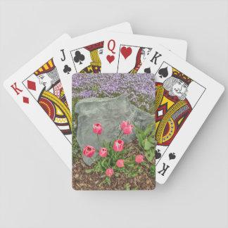 Tulipanes rosados contra la roca gris - el día de baraja de cartas