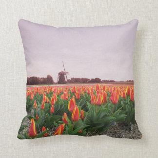 Tulipanes y molino de viento de Holanda Cojín Decorativo