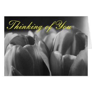 Tulps negro y blanco que piensa en usted carda tarjeta de felicitación
