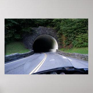 Túnel ahumado de la montaña póster